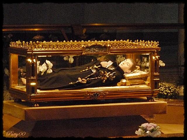 L'urna con il resti di S. Gabriele nel moderno santuario