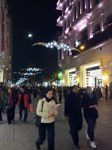 Isztambul közepe, a feldíszített Îstiklal Caddesi