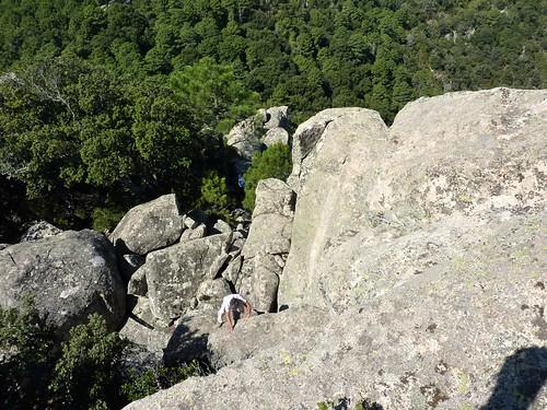 Pointe du Castellucciu di A Tia : le replat rocheux, les sacs et l'accès vers le sommet