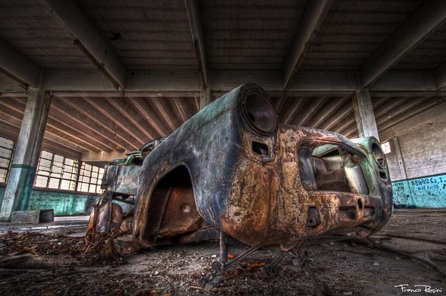 En la fábrica abandonada