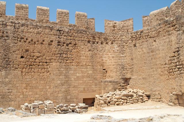 Lindos. Fragment of fortress * Линдос. Фрагмент крепостной стены