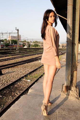 無料写真素材, 人物, 女性  アジア, 台湾人, 鉄道駅・プラットフォーム, 鉄道・線路, 女性  振り向く