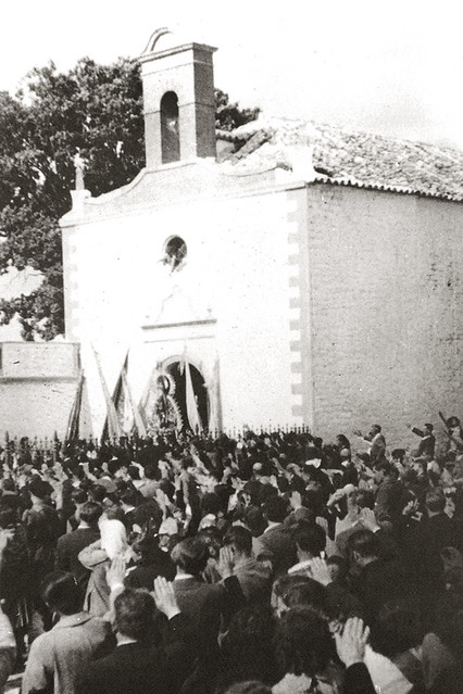 La Virgen de Alharilla es recibida con el saludo fascista en una imagen de posguerra