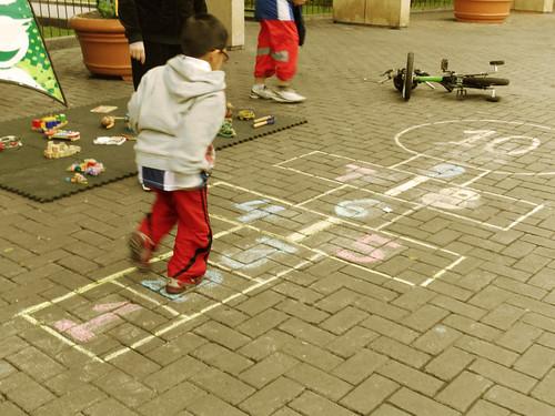 Niños jugando en Parque Central de Miraflores