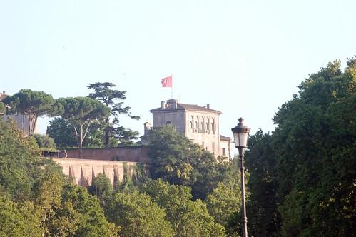 Der Sitz des Malteserordens auf dem Aventin vom Tiberufer aus gesehen