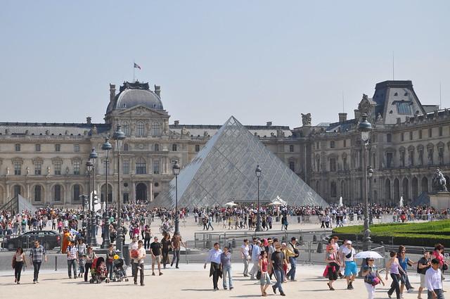 http://hojeconhecemos.blogspot.com/2011/11/do-palacio-do-louvre-paris-franca.html
