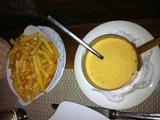 Salsa de pimienta y patatas fritas