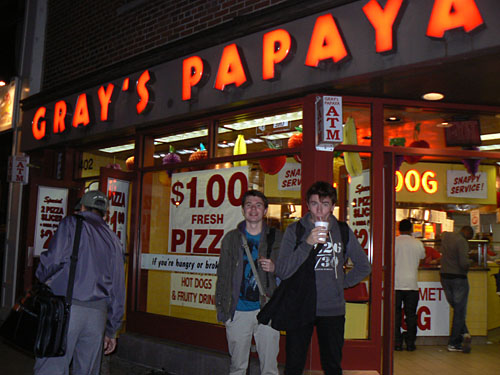 paul et clem devant Gray's Papaya.jpg