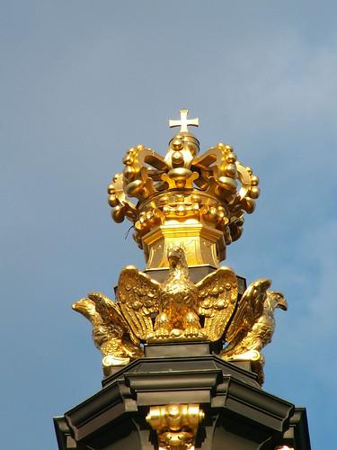 Umglänzt von goldnem Glorienschein goldene Krone am Kronentor in Dresden 019