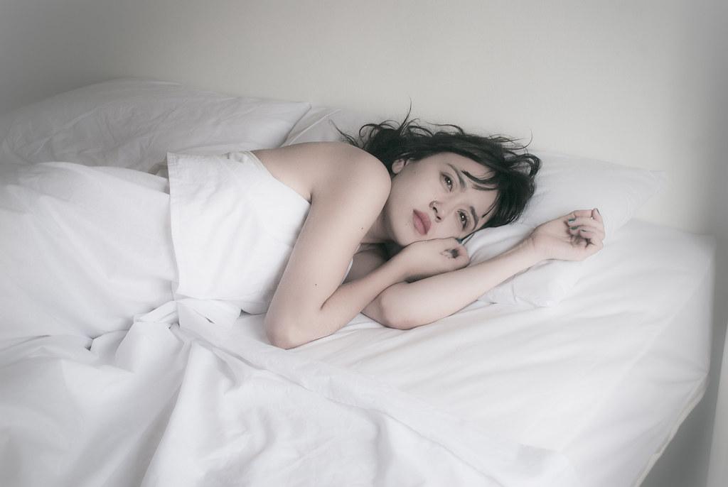 「フリー素材 ベッド 女性 横顔」の画像検索結果
