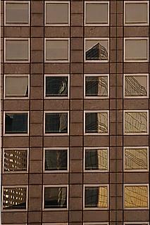 Reflets dans le quartier de La Défense à Paris