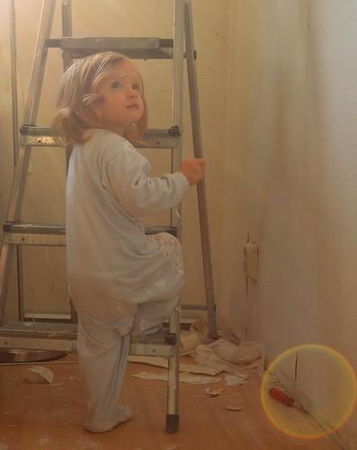 Mein Baby hilft mir beim streichen und tapezieren. Ihre Anziehsachen leiden allerdings ein bisschen darunter :P