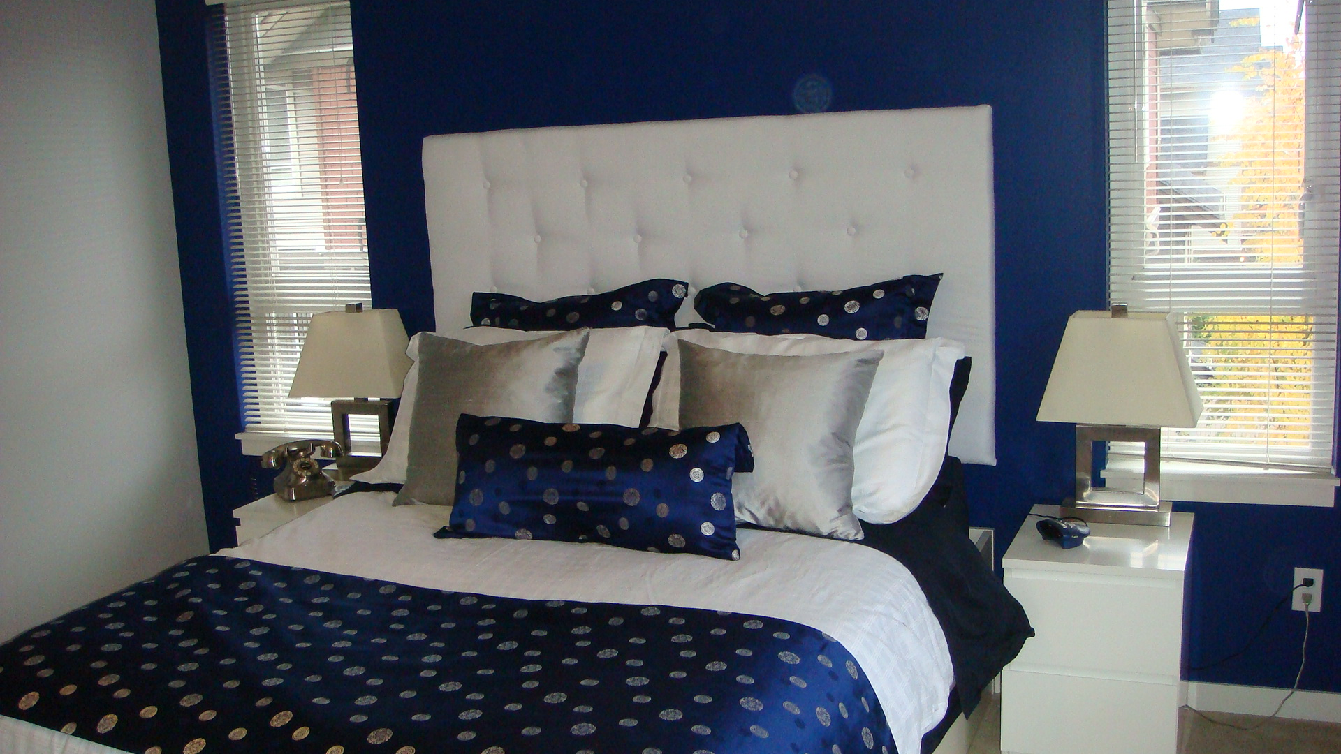 Navy blue silver white bedroom with white padded for Bedroom ideas navy blue