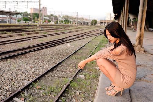 [フリー画像素材] 人物, 女性 - アジア, 台湾人, 鉄道駅・プラットフォーム, 鉄道・線路 ID:201204080800
