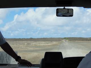 硫黄島内で舗装されているのはごく一部。未舗装区間も多い。