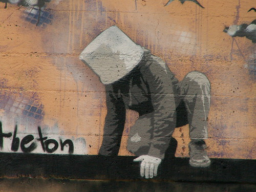 Tage mit Leid und Graffiti in Dresden drosselt mit den Händen ins Leere den Flug nach unten 024