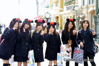 japanese-girls-in-disneyland.jpg