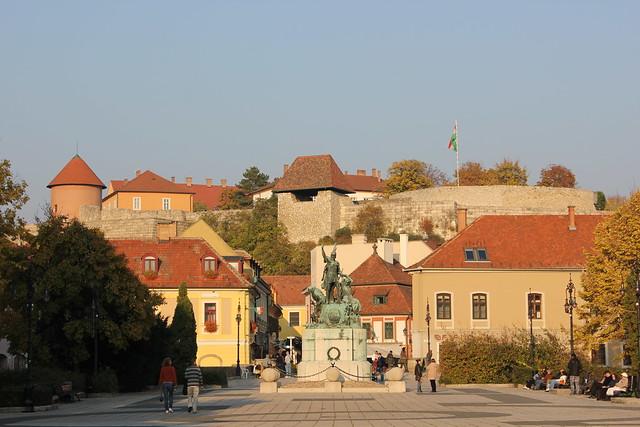 Dobó István tér con el Castillo de Eger
