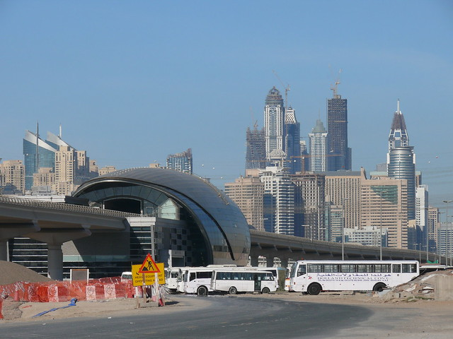 Metro Dubai mit Blick auf die Skyline der City
