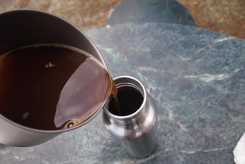 熱騰騰的薑茶倒入KK水壺