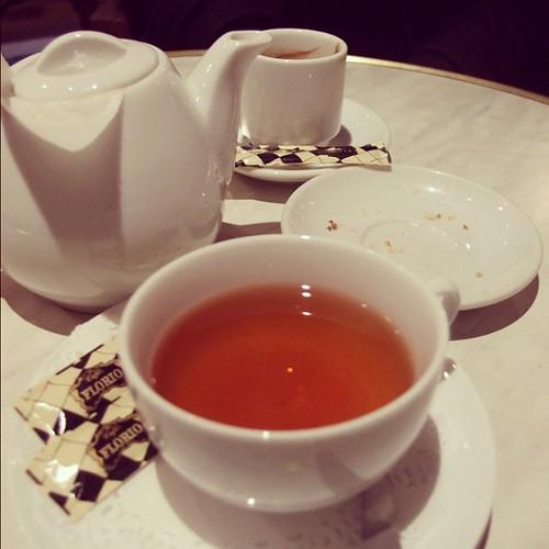選了一杯menu上打了星號的茶,年輕的男侍者,靦腆地說,這樣的茶比較貴喔!貴多少?大概多1.5歐唷。好吧,誰叫我現在,就想喝這款,印度的Makaibari。也幸好,真不錯喝。