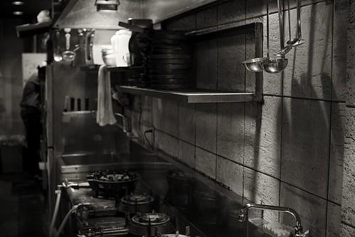 blackandwhite bw kitchen japan night work restaurant cook 日本 岐阜 gifu shortordercook 白黒 岐阜県 30mmsigmaf14 canon50d 岐阜市 50dcanon cookinguntensils