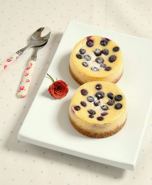 Vanilla bean and blueberry mini cheesecakes / Mini cheesecakes de baunilha e mirtilos