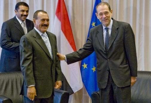 En segundo término, el traductor de Saleh y periodista de Reuters