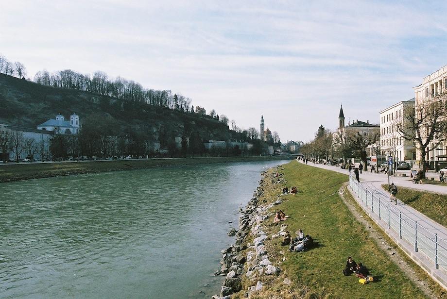 Salzach 河邊享受陽光的人們