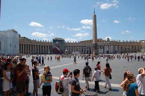 Petersplatz mit Porträt von Johannes Paul