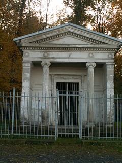 Das Mausoleum der Freiherren von Kap-herr im Stil eines klassizistsischen griechischen Tempels in Lockwitz auf dem Krähenhügel 062
