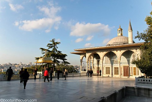 Outside the Baghdad Kiosk, Topkapı (we were obv impressed with this building)