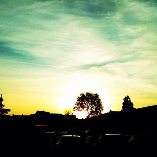 平凡的超市外停車場,有夕陽來相伴,也顯得迷人了起來。