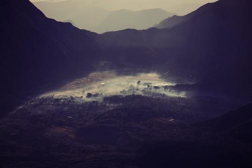 morning light sun mountains fog forest indonesia photography licht photo asia asien ray foto fotografie picture pic berge valley lukas bild sonne wald indonesien tal the hügel 2011 strahlen lomobk kozmus lukaskozmus