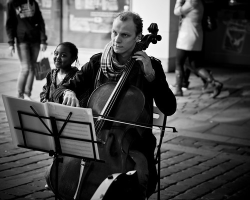 the cello player and the little girl