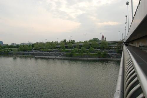 Blick zurück nach Wien an der Metrohaltestelle Donauinsel Wien