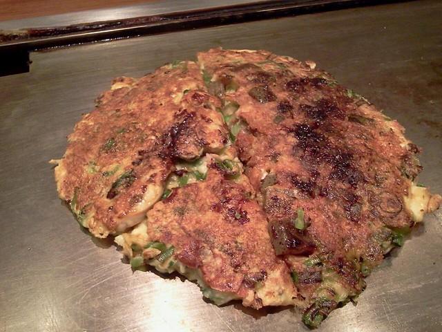 Photo:夕食は「やまもと」のねぎ焼き。牡蛎入りとすじ入りの二種類。醤油味であっさりでうまかったー♪ By ryosuga