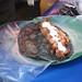 Una quesadilla de chorizo con papas y crema