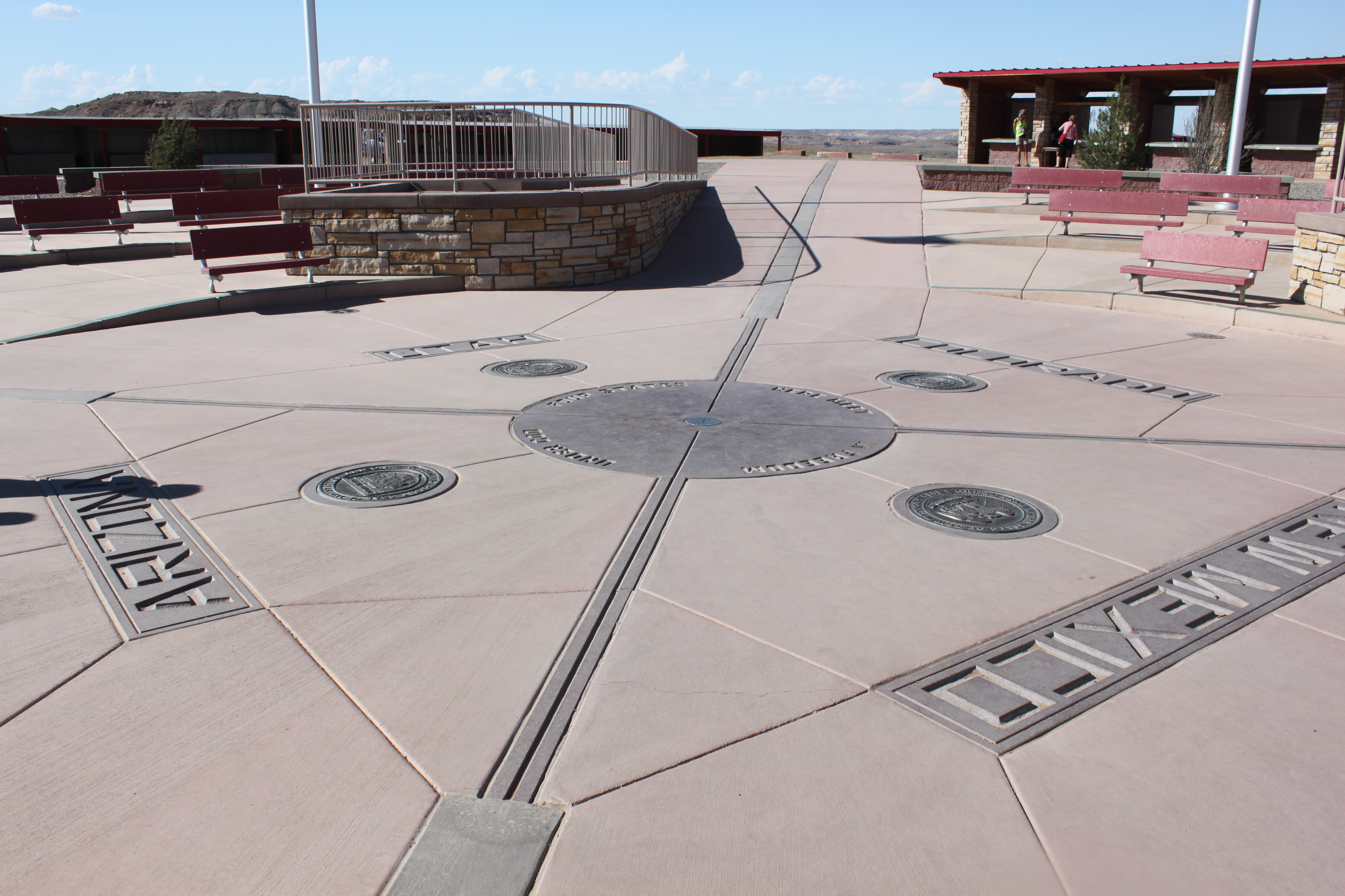 which four us states meet at a single point Four corners monument is the only place in the united states where you can be in four states at once: arizona, new mexico, utah and colorado.