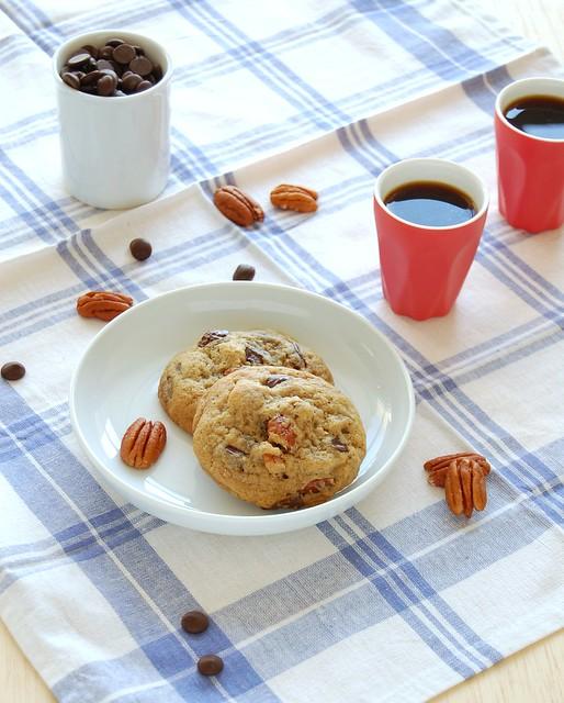 Really good one-bowl chocolate chip-pecan cookies / Cookies com gotas de chocolate e pecãs muito bons