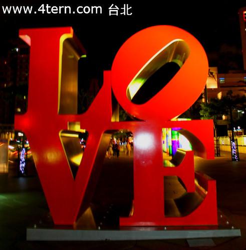 台北101外出现了一个非常耀眼的红色LOVE字眼