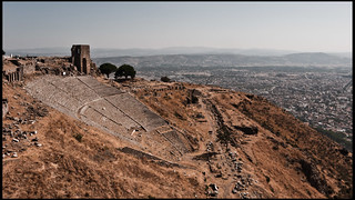 Image de Pergame près de Bergama. city mountain turkey greek teatro ancient ruins theater roman side turkiye ciudad romano antigua grecia ruinas empire montaña bergamo turquia hellenistic pergamon falda bergama griego imperio egeo pergamo helenistico