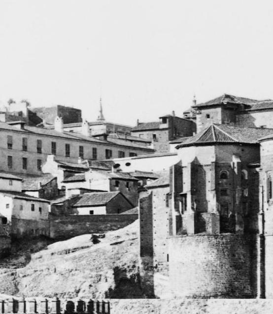 Arco que unía el Hospital de Santa Cruz con la Fonda de la Caridad de Lorenzana. Detalle de una fotografía de Jean Laurent hacia 1879