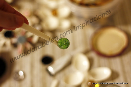 Adornos navideños con reciclaje: cucharas de plástico recicladas y canicas para el Árbol de Navidad