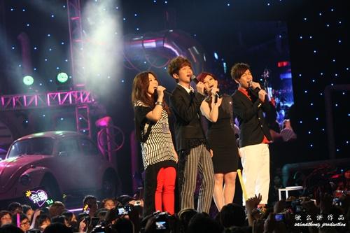 李佳薇、張智成、梁靜茹及張棟樑分別唱出《I'll Always Love You》、《One Moment In Time》、以及《掌聲響起》,向兩位天后致敬