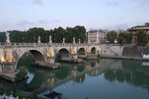 Am Abend spiegelt sich die Engelsbrücke im Tiber