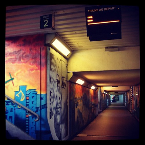 Chaplin-Sur-Saone火車站的地下通道,有著鮮豔的彩色壁畫。我們搭車前往Beaune。