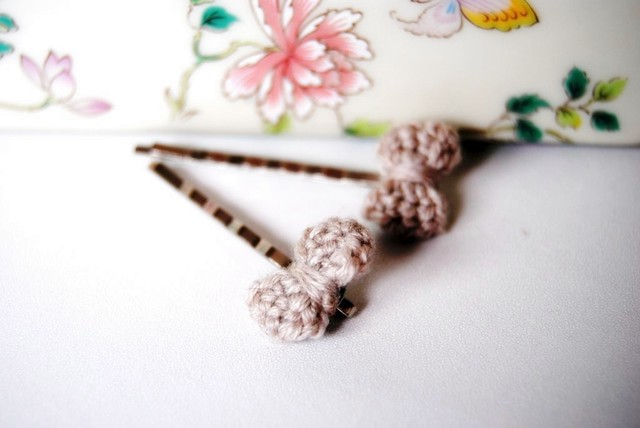 Bobby pins with cream-coloured crocheted bow