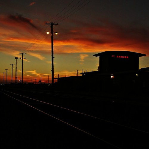 railroad blue light sunset station silhouette train point golden twilight tracks iowa crew hour depot change division bnsf leecounty fortmadison ftmadison chillicothesubdivision transcon shopton