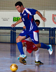 basketball player(0.0), football player(1.0), futebol de salã£o(1.0), sports(1.0), competition event(1.0), team sport(1.0), player(1.0), football(1.0), ball game(1.0), futsal(1.0),